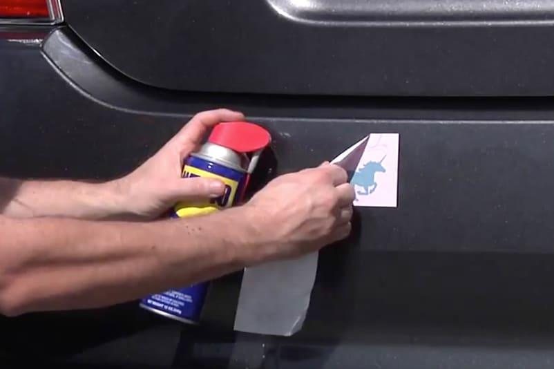 Enlevez les résidus de colle des encadrements et des joints d'étanchéité.