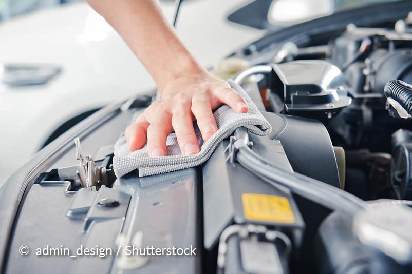 Nettoyez le compartiment moteur.