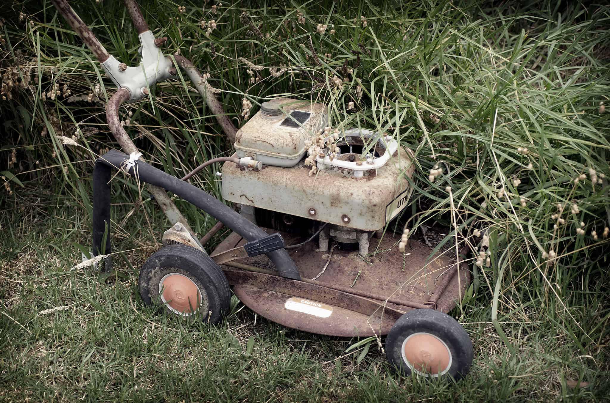 Vastgeroeste onderdelen grasmaaier losmaken