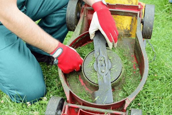onderkant grasmaaier schoonmaken