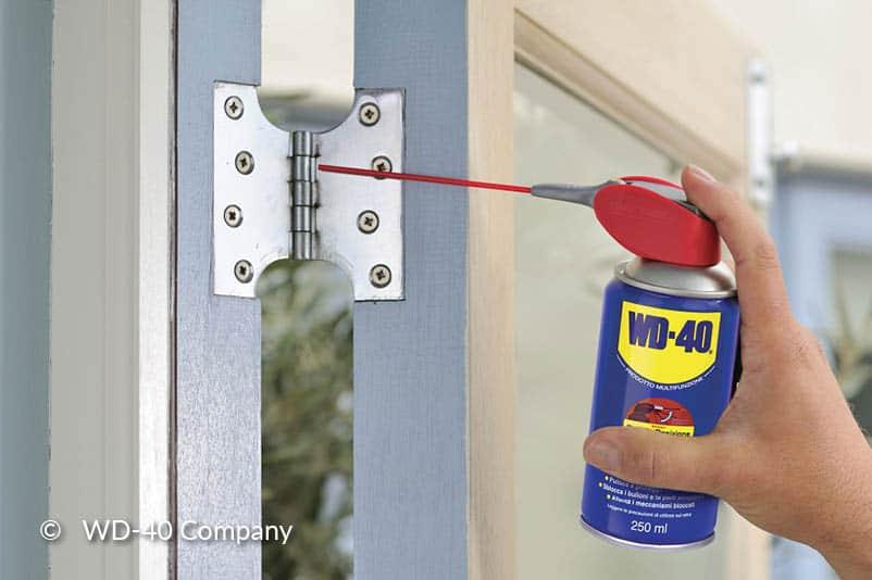 Smeer de deurscharnieren