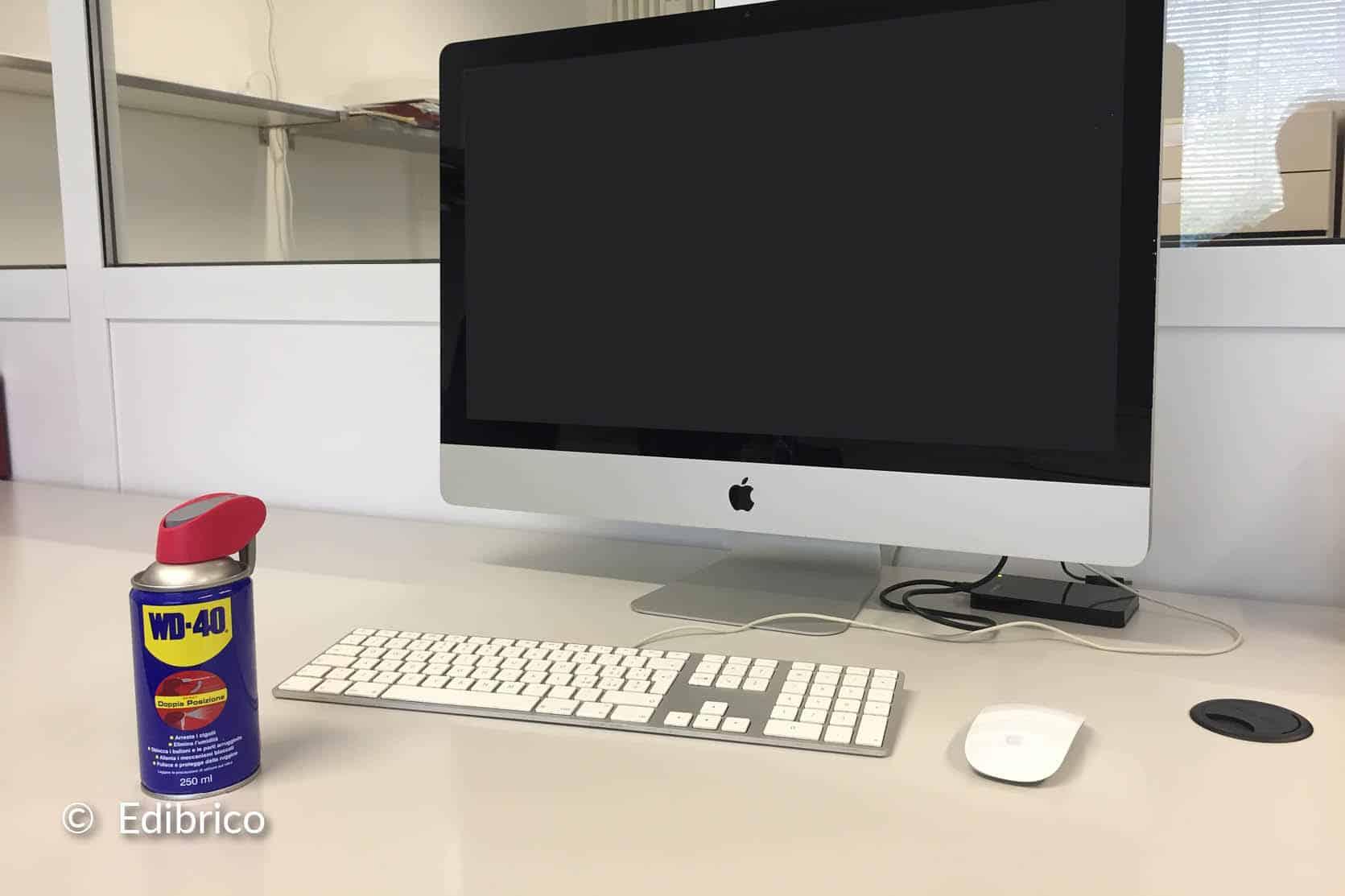 De monitor en aansluitingen van de computer reinigen
