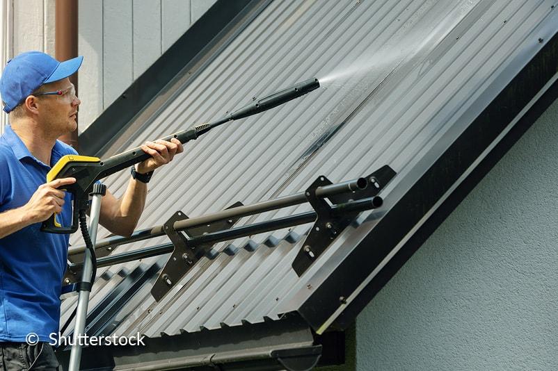 Maak de kunststof dakplaten schoon