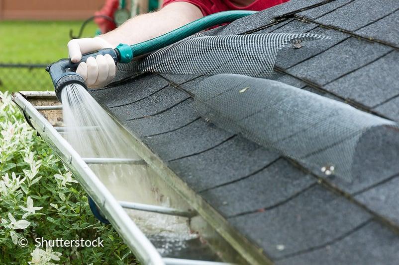 Reinig de dakgoten