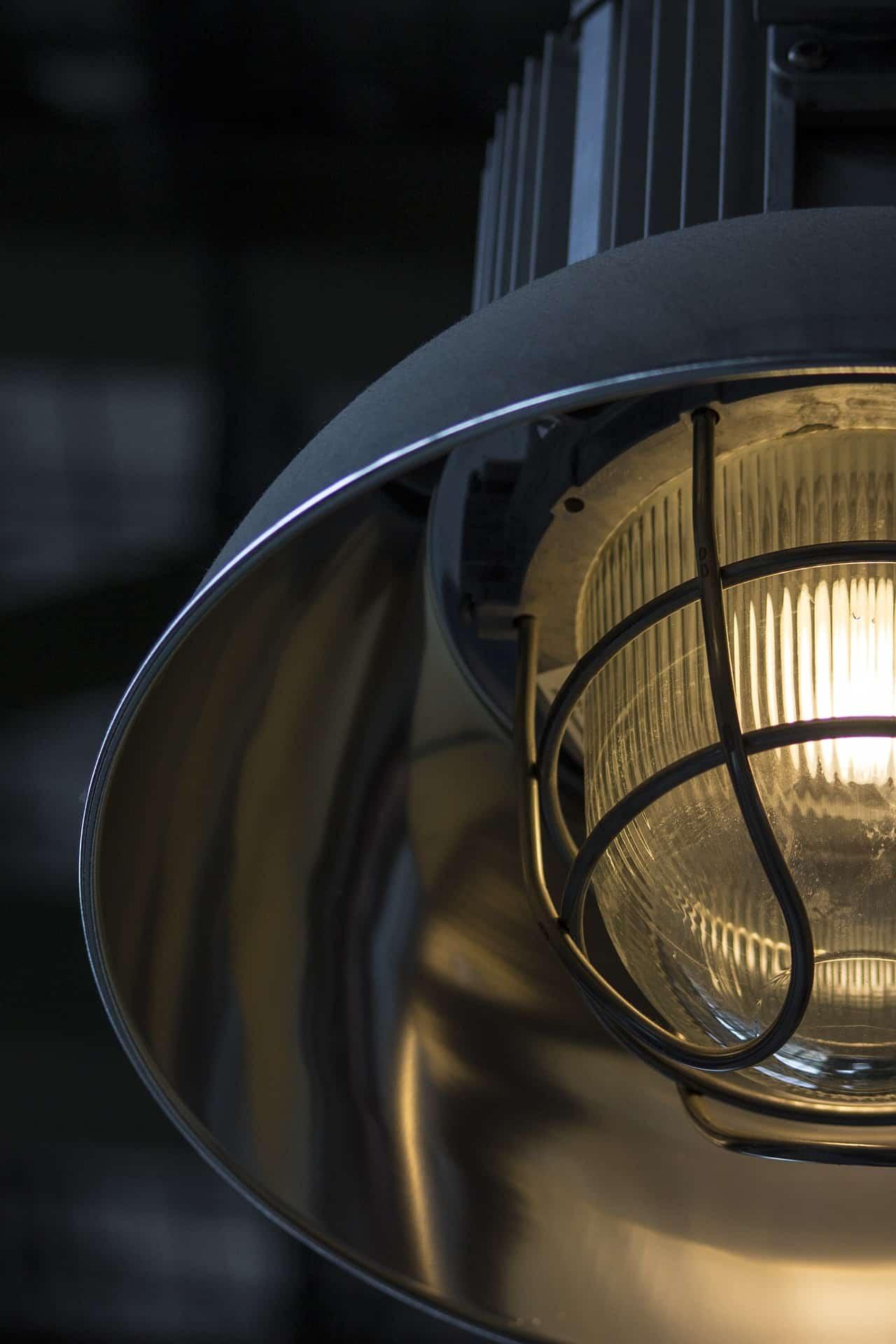 czyszczenie metalowych lamp