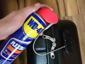 Co najlepiej smaruje zamki w bagażu?