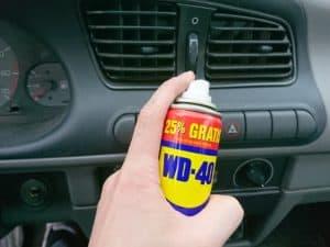Sprzątanie wnętrza samochodu z WD-40