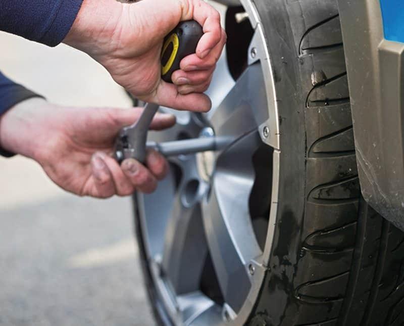 Trocar o pneu do carro com a ajuda de WD-40