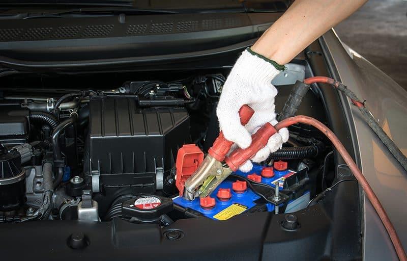 Etapas simples para trocar e carregar a bateria do carro