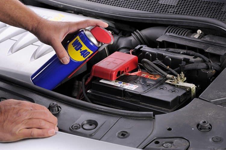 Depois de trocar, restaurar ou carregar a bateria do carro, aplicar WD-40 para lubrificar os terminais da bateria