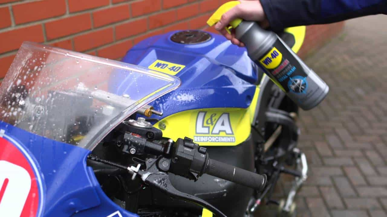 WD-40-Specialist-Motorbike-Limpeza-Total