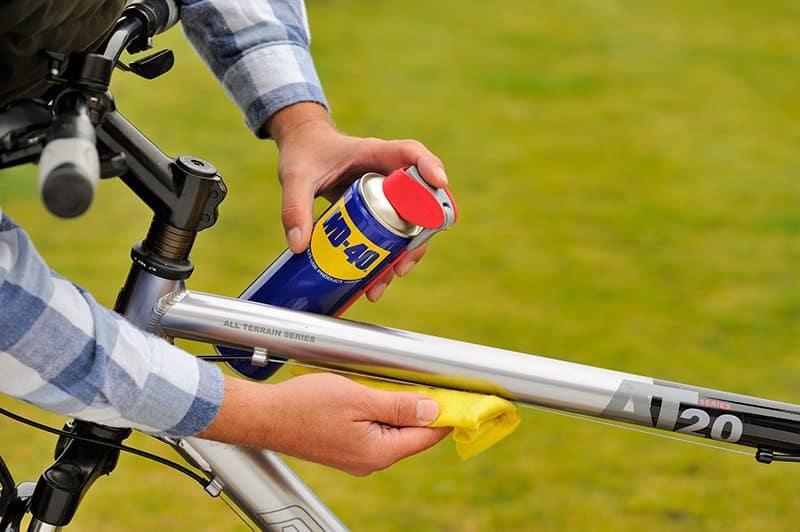Como limpar a bicicleta com WD-40
