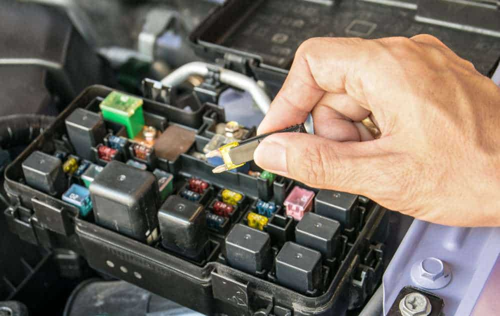 Manutenção da caixa de fusíveis do carro