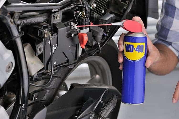 Usos do WD-40 - Como lubrificar terminais bateria