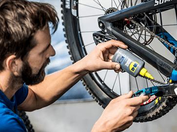 Engraxar corrente com o lubrificante para correntes WD-40 BIKE