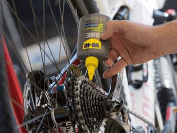 Lubrificar o cassette com lubrificante para correntes WD-40 BIKE