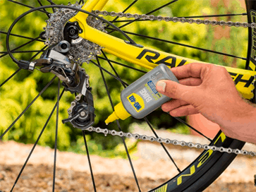 Lubrificar corrente com o lubrificante para correntes WD-40 BIKE