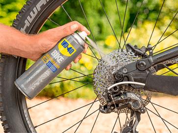 Desengordurar o cassette da bicicleta com WD-40 BIKE
