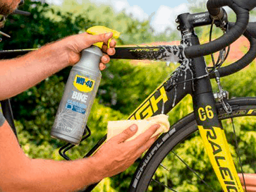 Limpeza do quadro da bicicleta com Limpiador total WD-40 BIKE