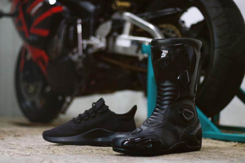 calçado andar de moto