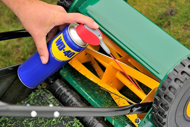 Primeiro passo da manutenção do corta-relva com o Limpeza e manutenção corta-relva com o multiuso WD40