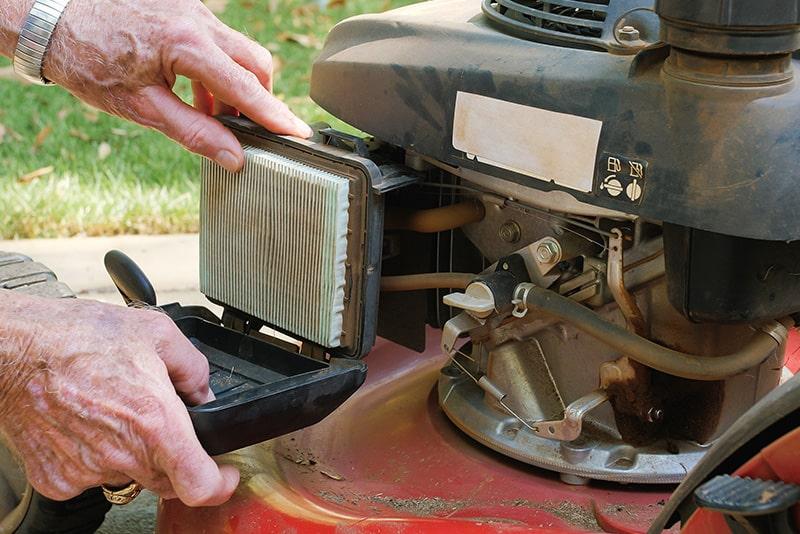 Quarto passo da manutenção do corta-relva, limpeza do filtro com WD-40