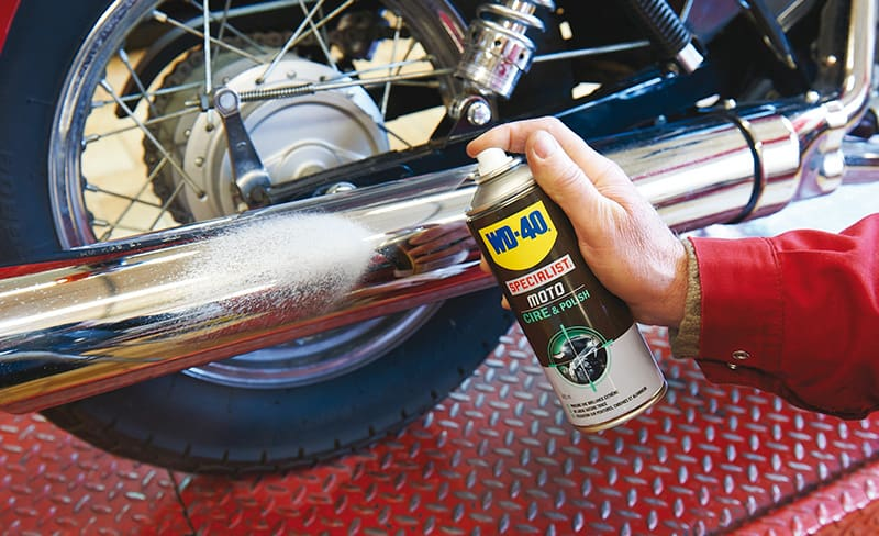WD-40 Specialist Cera e Polimento a ser aplicada em tubo de escape
