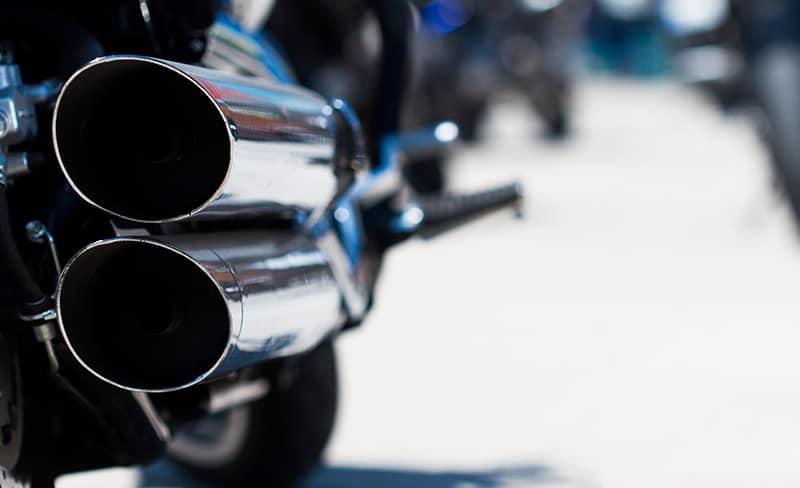 Tubo de escape. Manutenção moto com WD-40 specialist Motorbike limpeza total