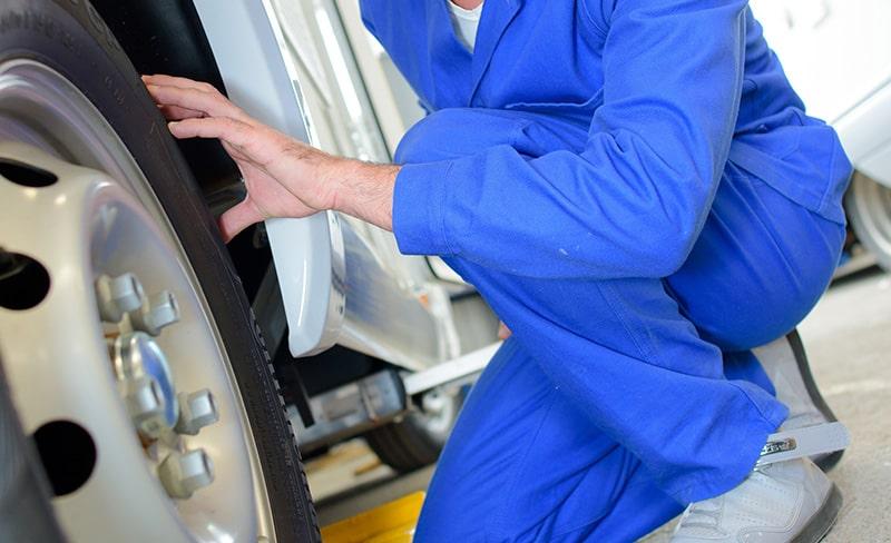 Verificação de pressão de pneus da autocaravana com WD-40