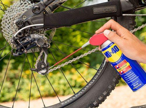 Curăţă lanțul de bicicletă