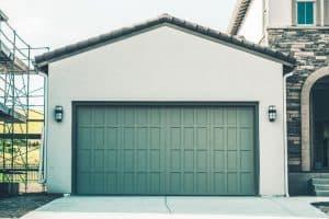 Paşi simpli pentru întreţinerea uşii de garaj