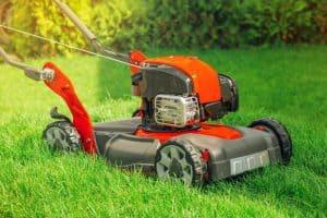 Sfaturi şi trucuri simple pentru curățarea maşinii de tuns iarba