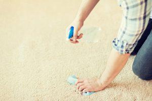 Sfaturi simple şi trucuri pentru îndepărtarea gumei de mestecat de pe covor