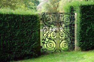 Sfaturi simple şi trucuri pentru îngrijirea unor porţi de grădină metalice