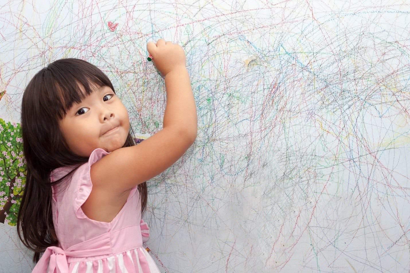 îndepărtarea urmelor de creion de pe pereți
