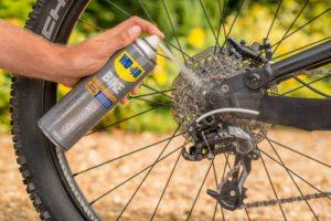 Cum să îți cureți lanțul de bicicletă cu WD-40