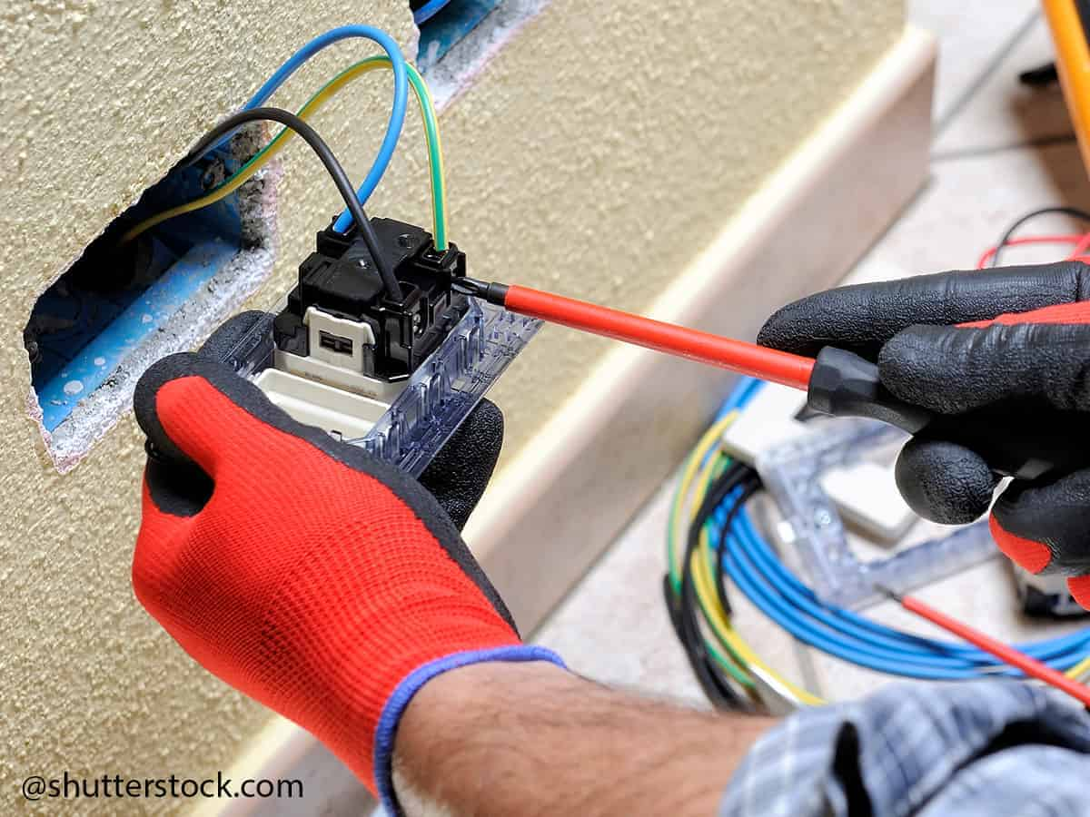 how to effectively clean electrical connectors 2shutterstock.com