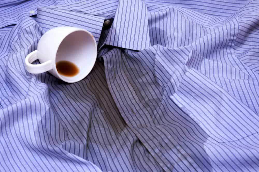 чашка кофе, пролитая на синюю полосатую рубашку