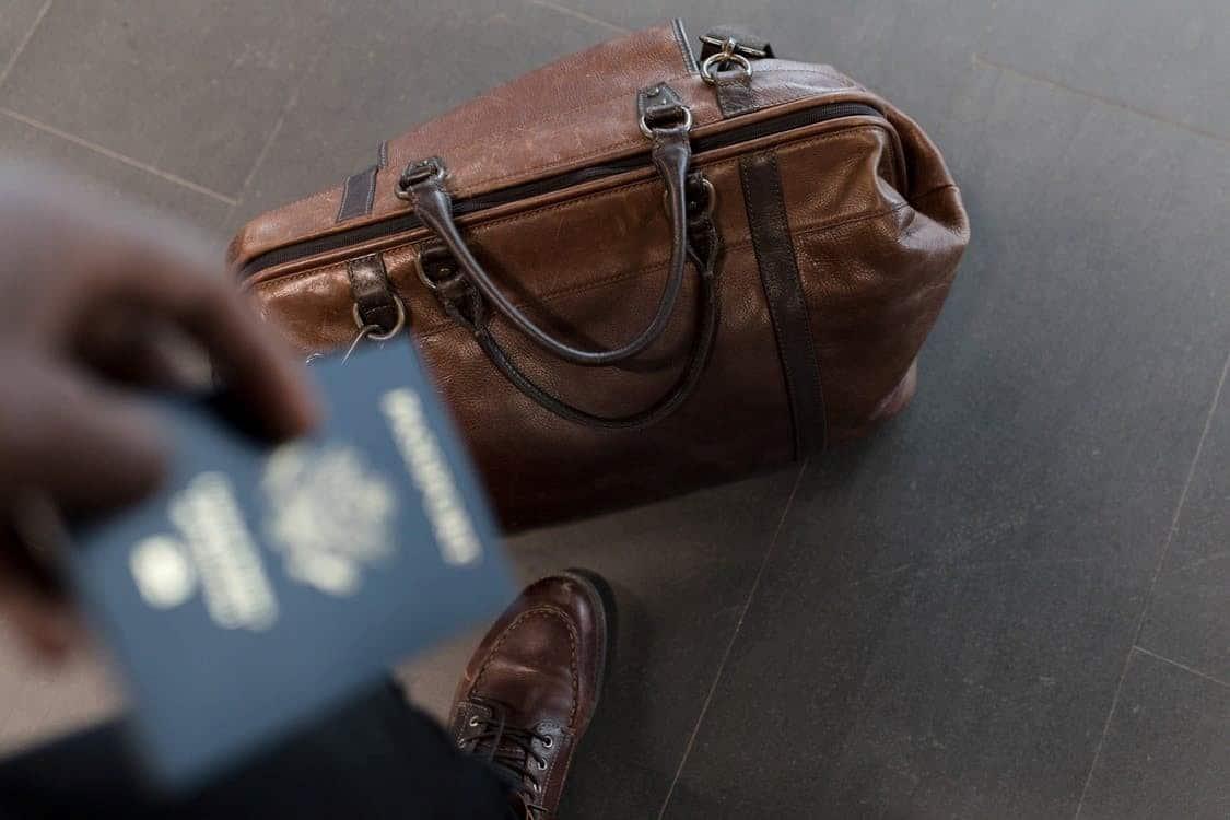 Коричневый чемодан с закрытой молнией