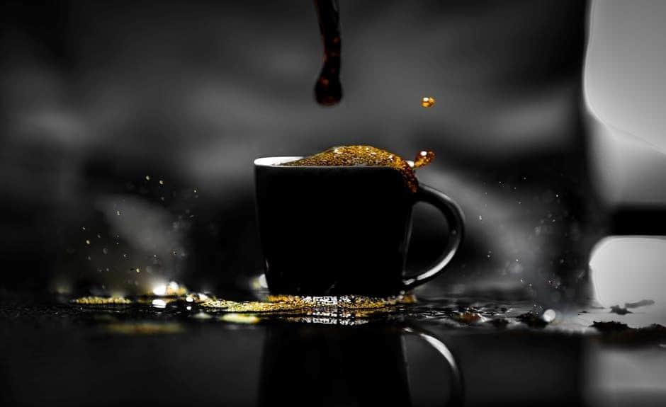 проливается кофе