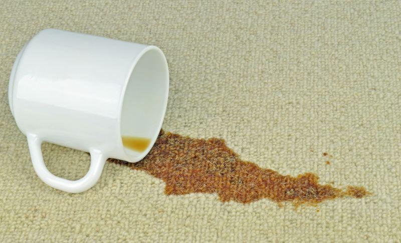 разлитая чашка кофе