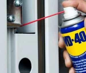 Škripajoča vrata, kljuke in zatikajoče se ključavnice?