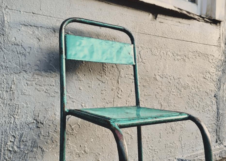 Čistá kovová stolička