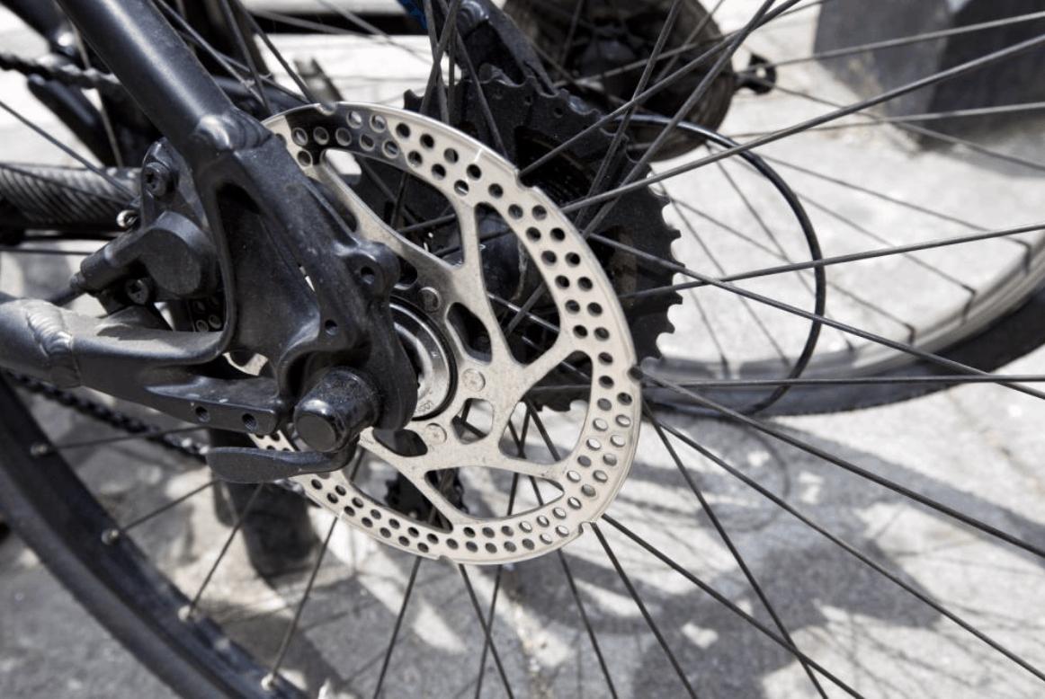 špinavý bicykel na vyschnutej tráve
