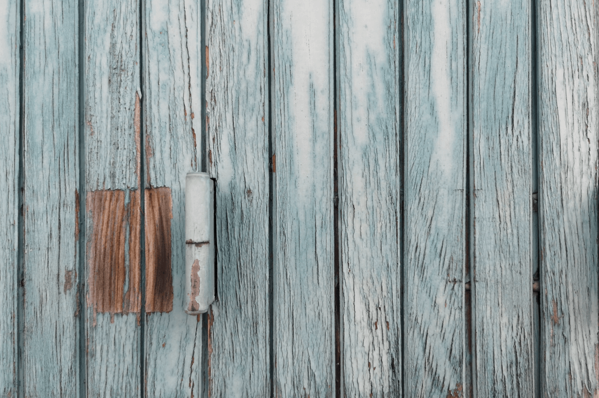 Sivé drevené dvere