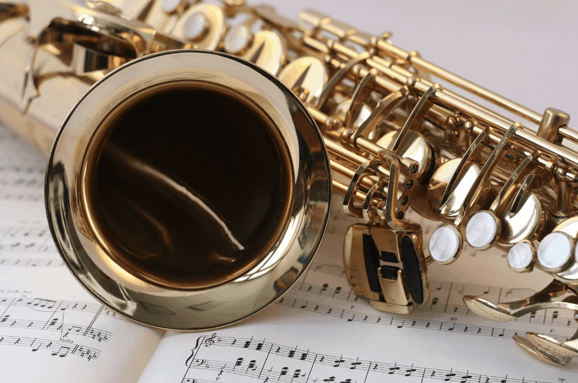 Saxofón ležiaci na notách