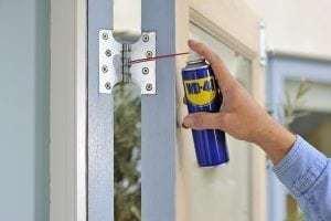 Hur man fixar gnisslande dörrgångjärn