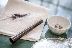 Bästa sättet att ta bort mascarafläckar från golvplattor