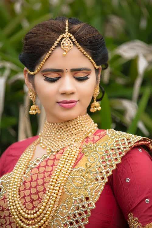 En kvinna som bär guldsmycken