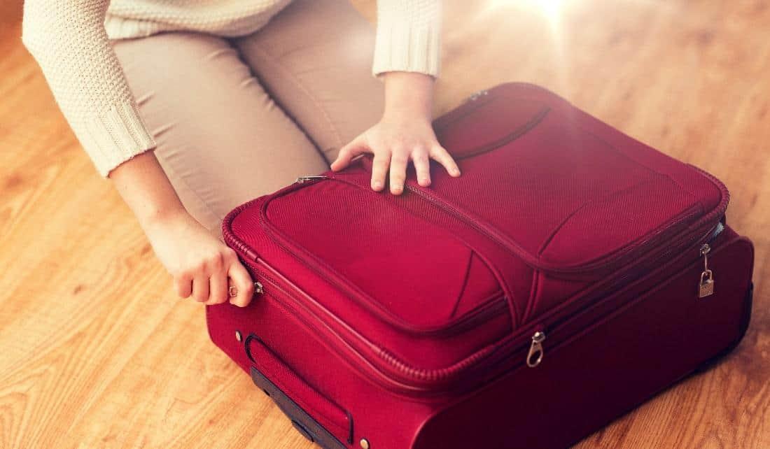 Resväska med öppen dragkedja
